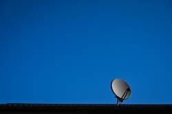 Satellitenschüssel auf Hausdach